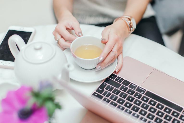 Kadın bilgisayarda araştırma yapıyor.