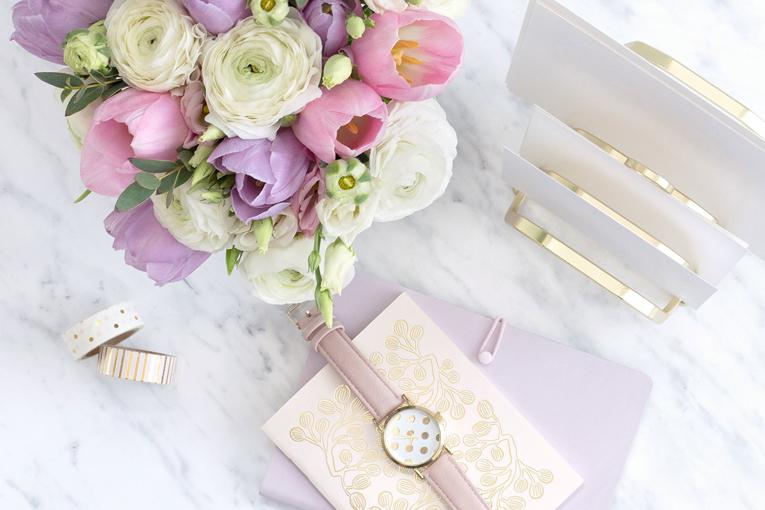 Pembe çiçek ve saat var.