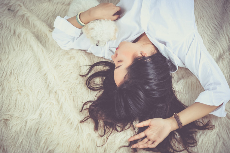 Kadın köpeğiyle uyuyor.