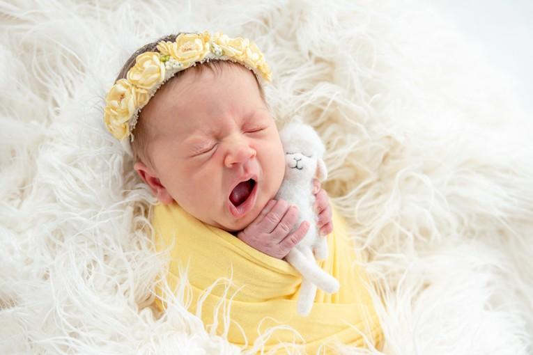 Esneyen tatlı bebek resmi