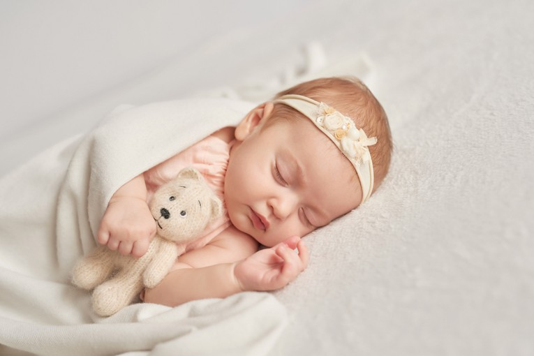 Kız bebek uyuyor.